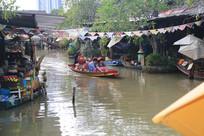 水上市场的小船