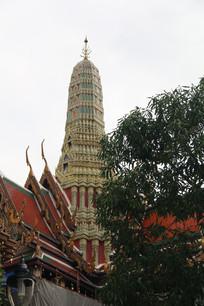 寺庙顶部的白色佛塔
