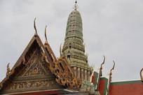 寺庙屋顶上的佛塔