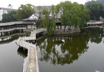 通向湖心岛的小桥