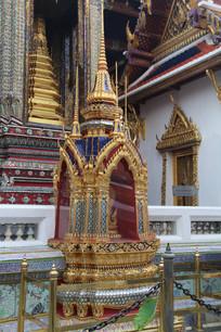 镶嵌彩色玻璃的金色佛塔