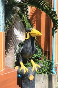 站在枝头的乌鸦雕像