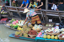 正在兜售热带水果的商贩