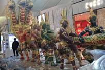 拽住蛇王头的阿修罗雕像