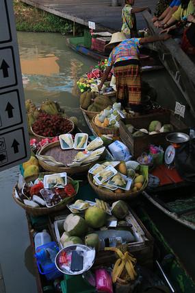 装满热带水果的小船