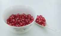 白瓷餐具中的石榴籽