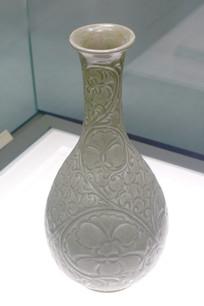 白色花卉纹瓶