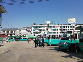 花溪客车站里的公交车