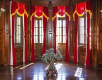 大青楼内假山与圆柱木墙玻璃窗