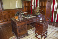 张作霖办公桌与古式木制冰箱