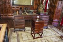 张作霖办公桌与木制古式冰箱