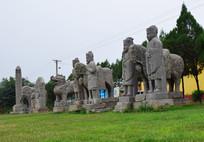 草坪上矗立的石雕像