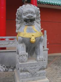 挂金色铃铛的石狮子
