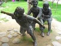 玩耍的小孩人物雕塑