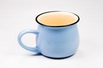 一只浅蓝色茶杯