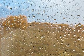 玻璃上的雨滴