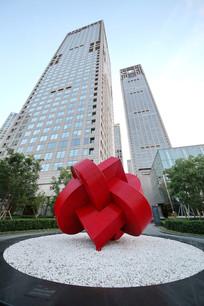 爱心雕塑后的银泰大厦