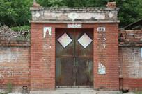 农村红墙大门