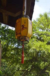 屋檐上悬挂的黄色古风灯具