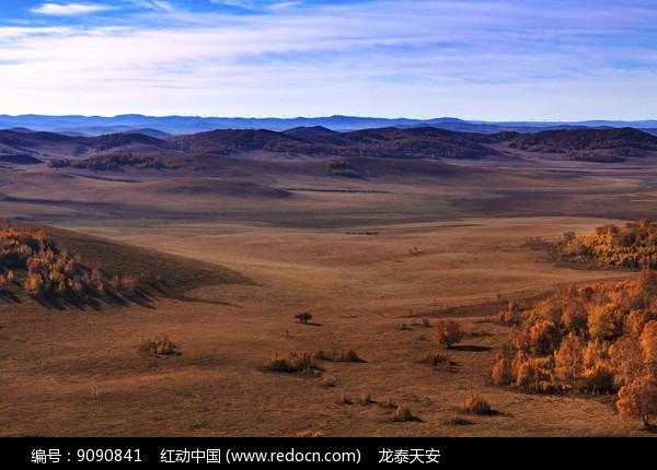 秋季草原牧场东沟清晨图片