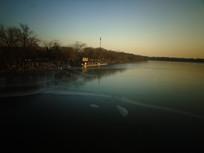 日落中的湖泊