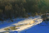 冰封的小溪雪景