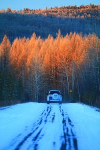 冰雪公路越野车