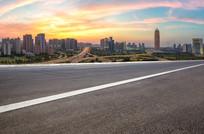 前景为沥青道路的郑州城市景观