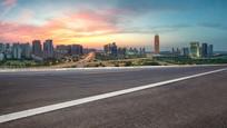 前景为沥青道路的郑东新区风光