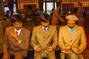 西装领带男子三人半身坐像