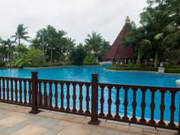 海南高档居住小区里的游泳池