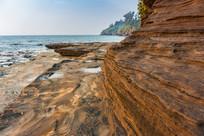 海洋上的五彩岩石