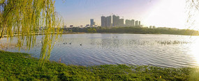 初秋时节的河流风光