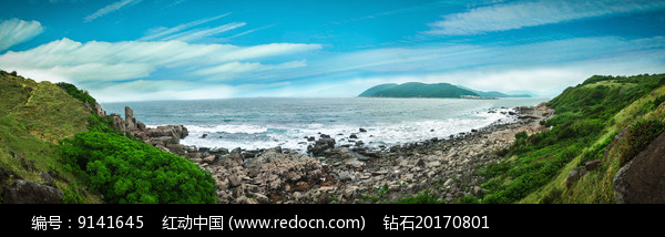 蓝天大海和绿色海岸图片