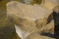 秋天暖阳下的水边的石头