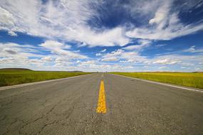 蓝天下乌兰布统草原天路美景