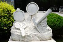 """地质工作者""""老三件""""雕塑"""