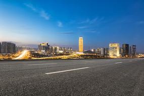 前景为沥青道路的郑州夜景