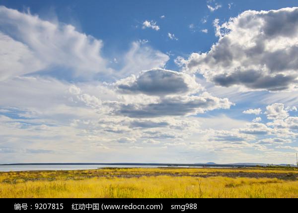 白云蓝天下的达里湖图片