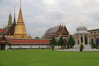 草坪前方的泰式建筑