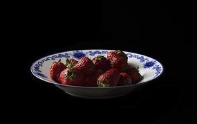 青花瓷盘中的草莓