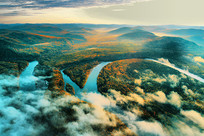 朝阳笼罩的林海河流