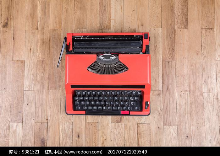 俯拍红色打字机图片