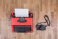 俯拍照相机和打字机