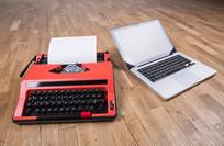 古老的打字机和笔记本电脑
