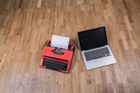古老的打字机和现代电脑