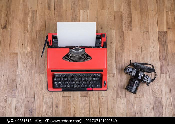 红色打字机和照相机图片