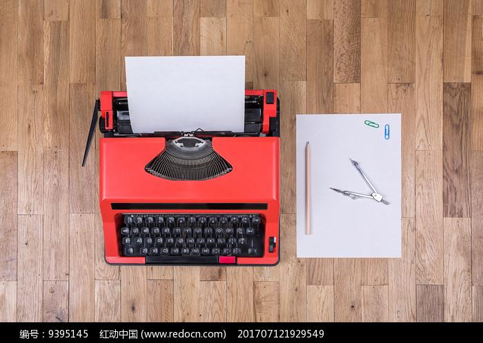 俯视打字机和办公用品图片