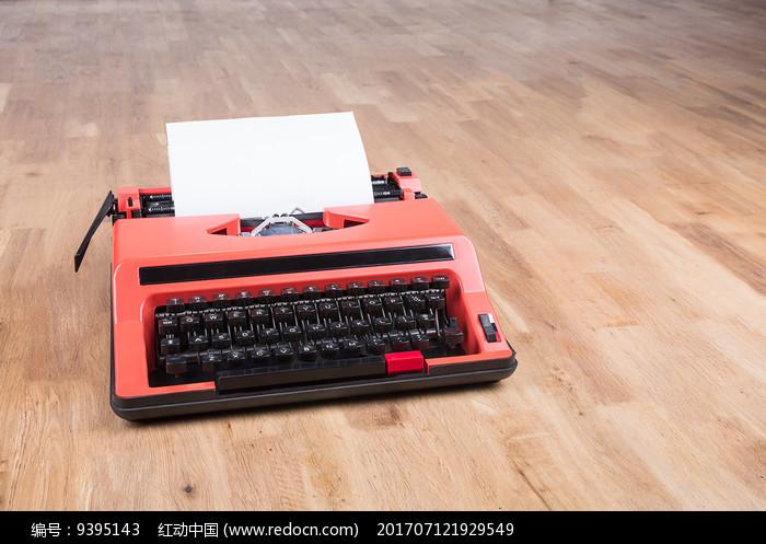 木地板上的红色打字机图片