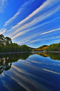 云漫湖水绿树林